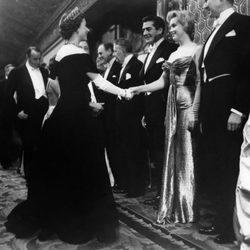 Isabel II saluda a Marilyn Monroe en 1956