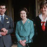 La Reina Isabel con el Príncipe Carlos de Inglaterra y Lady Di en 1981
