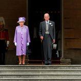 La Reina Isabel y el Duque de Edimburgo en una garden party