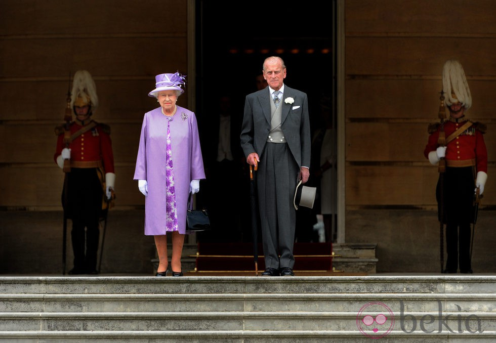 La Reina Isabel y el Duque de Edimburgo en una garden party
