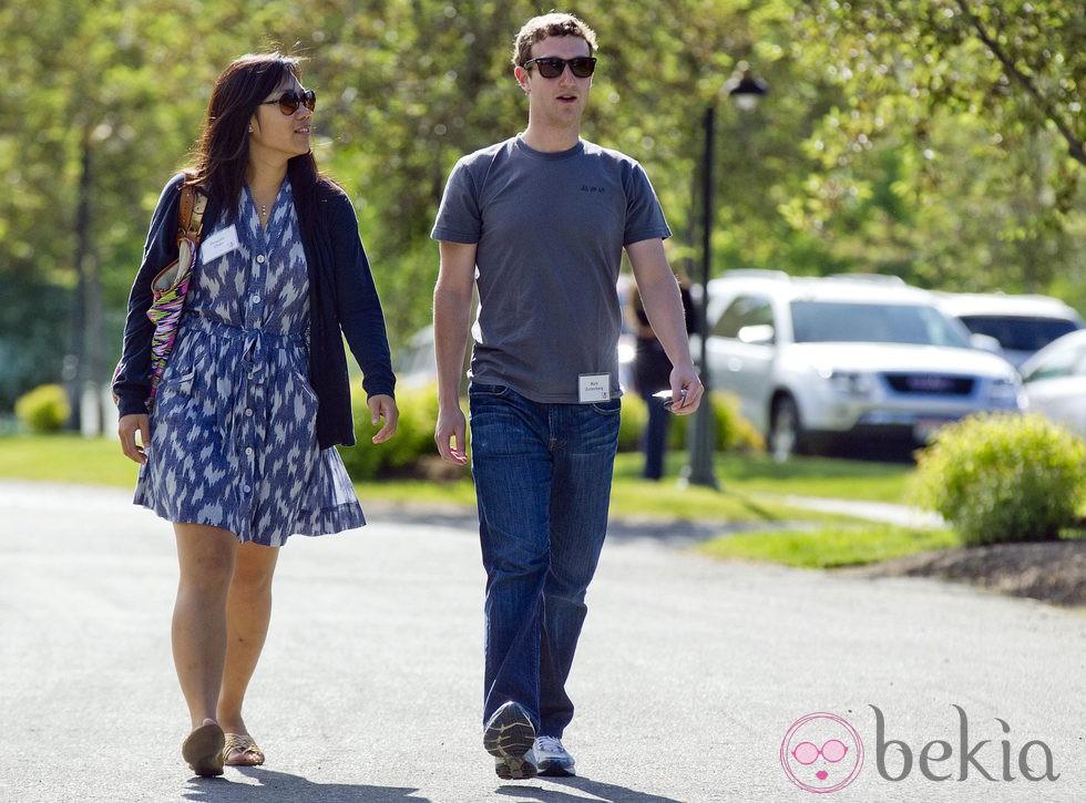 Mark Zuckerberg y Priscilla Chan paseando por Idaho