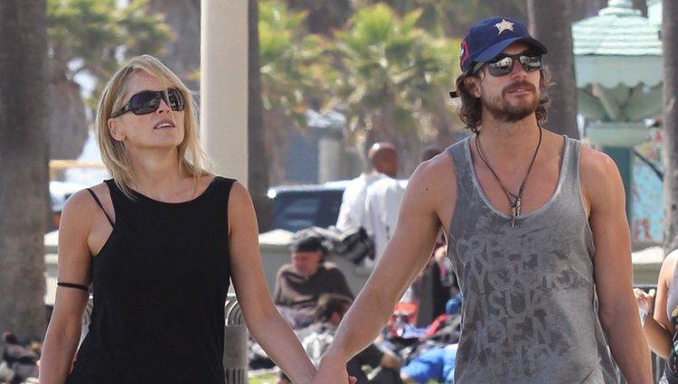 Sharon Stone y Martín Mica cogidos de la mano en Venice