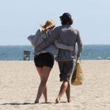 Sharon Stone y Martín Mica pasean por la playa
