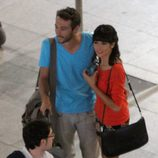 Raquel del Rosario y Pedro Castro en el aeropuerto de Madrid-Barajas