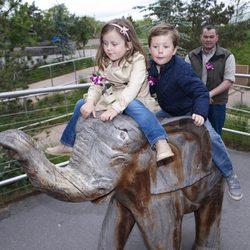 Isabel y Christian de Dinamarca en el zoo de Copenhague