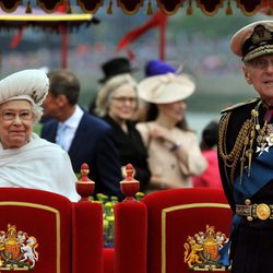 Isabel II y el Duque de Edimburgo en el desfile fluvial del Jubileo de Diamante