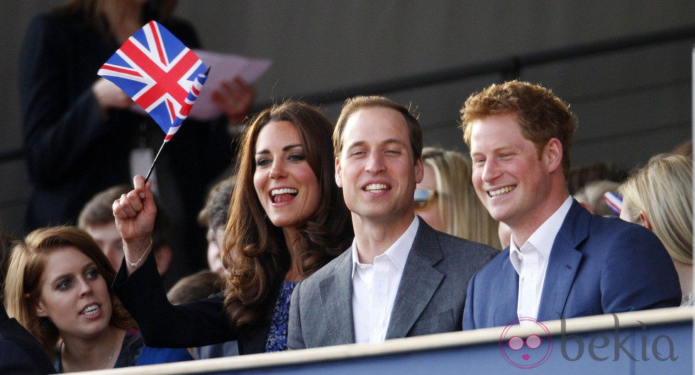 Beatriz de York, los Duques de Cambridge y el Príncipe Harry en el concierto del Jubileo