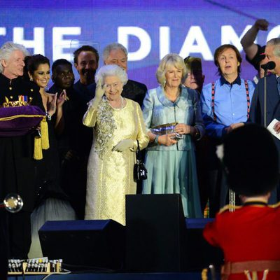 Isabel II, el Príncipe Carlos, Camilla Parker, Cheryl Cole, Tom Jones, Paul McCartney y Elton John en el concierto del Jubileo
