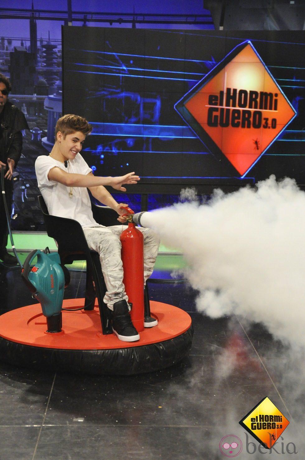 Justin Bieber en 'El Hormiguero' con un extintor
