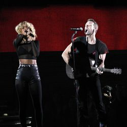Rihanna y Coldplay cantando 'Princess of China' en los Grammy 2012