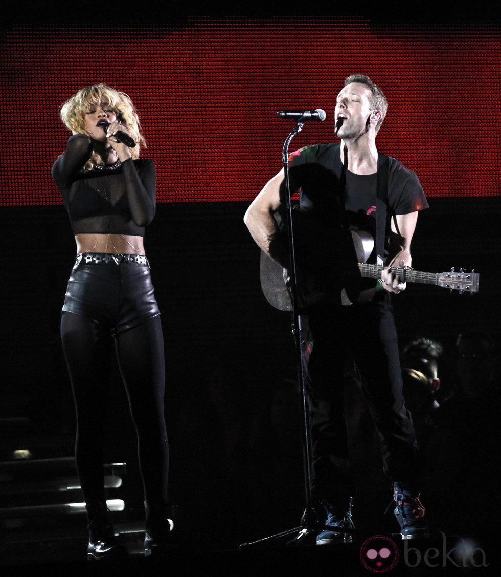 Rihanna y Coldplay cantando 'Princess of China' en los Grammy 2012