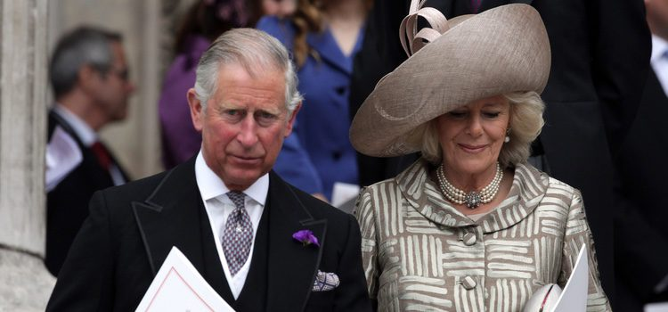 Carlos de Inglaterra y la Duquesa de Cornualles en la misa de acción de gracias del Jubileo