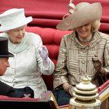 Camilla de Cornualles, el Príncipe Carlos y la Reina en el desfile de carruajes del Jubileo