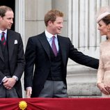 Los Duques de Cambridge y el Príncipe Harry en el balcón de Buckingham Palace por el Jubileo