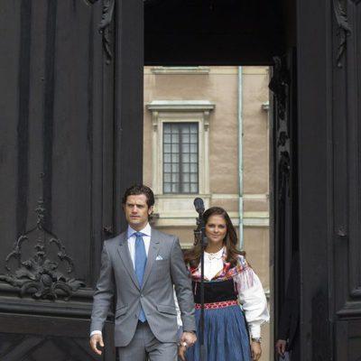 Los Príncipes Carlos Felipe y Magdalena abren la puerta del Palacio Real el Día de Suecia 2012