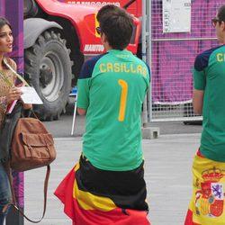 Sara Carbonero con unos seguidores de Iker Casillas en la Eurocopa 2012