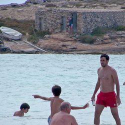 Raúl juega en el mar con hijos durante sus vacaciones en Formentera