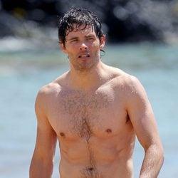 James Marsden con el torso desnudo en una playa de Hawaii