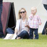 Zara Phillips y Savannah Phillips en un partido de polo benéfico