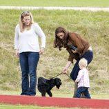 Autumn Kelly, la Duquesa de Cambrige, Lupo y Savannah Phillips en un partido de polo benéfico