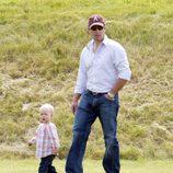 Peter Phillips y su hija Savannah en un partido de polo benéfico