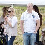 Zara Phillips y Mike Tindall en un partido de polo benéfico