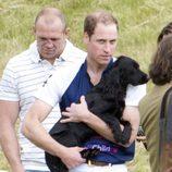 El Príncipe Guillermo abraza a Lupo en un partido de polo benéfico