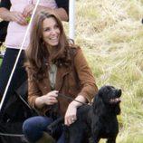 La Duquesa de Cambridge con Lupo en un partido de polo benéfico
