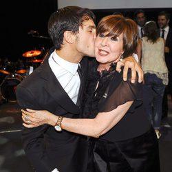 Alejo Sauras besa a Concha Velasco en la gala de la Unión de Actores 2012
