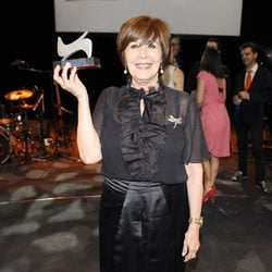 Concha Velasco posa con su premio en la gala de la Unión de Actores 2012