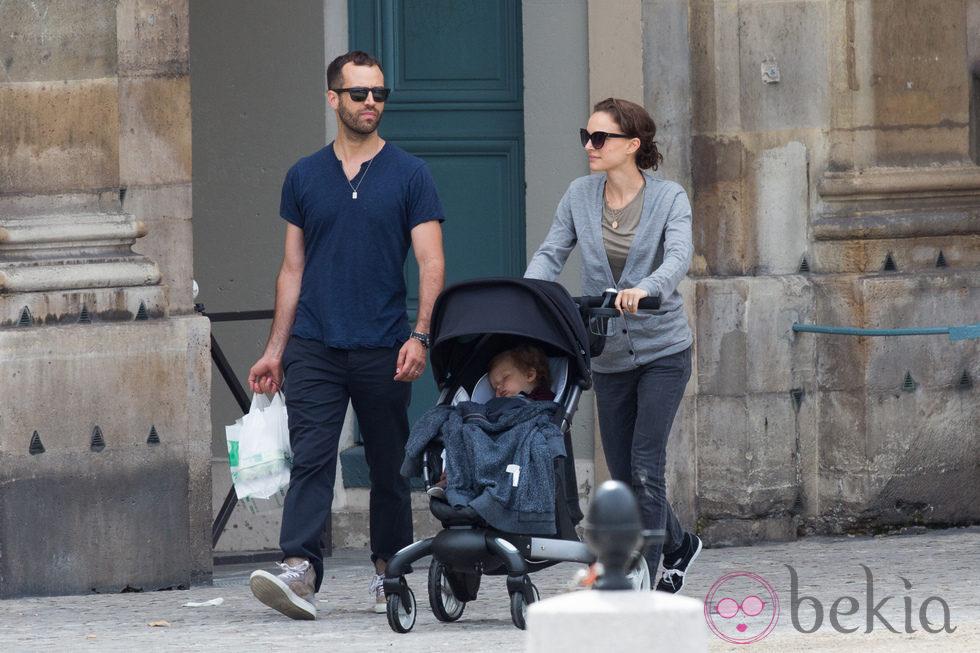 Natalie Portman pasea por París con su marido Benjamin Millepied y su hijo Aleph
