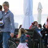 Fernando Torres con su mujer Olalla Domínguez y sus hijos Leo y Nora en Polonia