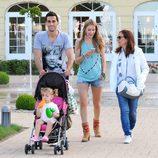 Álvaro Arbeloa con su mujer Carlota Ruiz y su hija Alba en Polonia