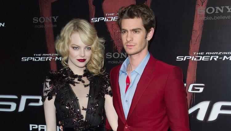 Emma Stone y Andrew Gardfield en la presentación de 'The Amazing Spiderman' en París