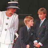 Diana de Gales y los Príncipes Guillermo y Enrique en 1995