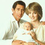 Carlos y Diana de Gales con un recién nacido Príncipe Guillermo en 1982