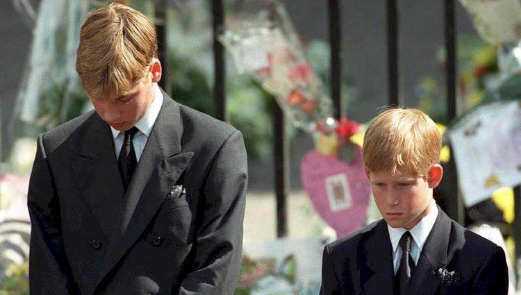 Los Príncipes Guillermo y Enrique en el funeral de Lady Di en 1997