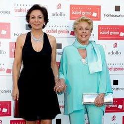 Isabel Gemio y Lola Herrera en la cena de la Fundación Isabel Gemio