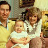 El Príncipe Carlos de Inglaterra y Lady Di con el Príncipe Guillermo de bebé