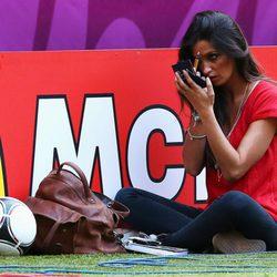 Sara Carbonero se retoca la cara a pie de campo en la Eurocopa