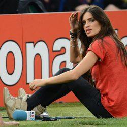 Sara Carbonero, sentada a pie de campo durante el España - Francia de la Eurocopa