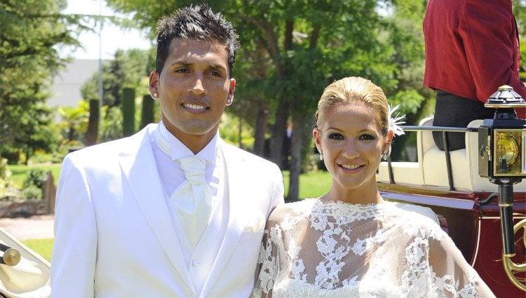 Tamara Gorro vestida de novia junto a Ezequiel Garay en su boda