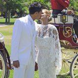 Tamara Gorro y Ezequiel Garay se besan en su boda