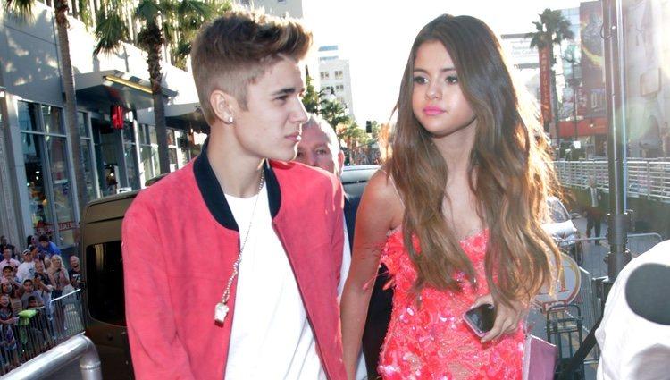 Justin Bieber y Selena Gomez en el estreno de 'Katy Perry: Part of me' en Los Ángeles