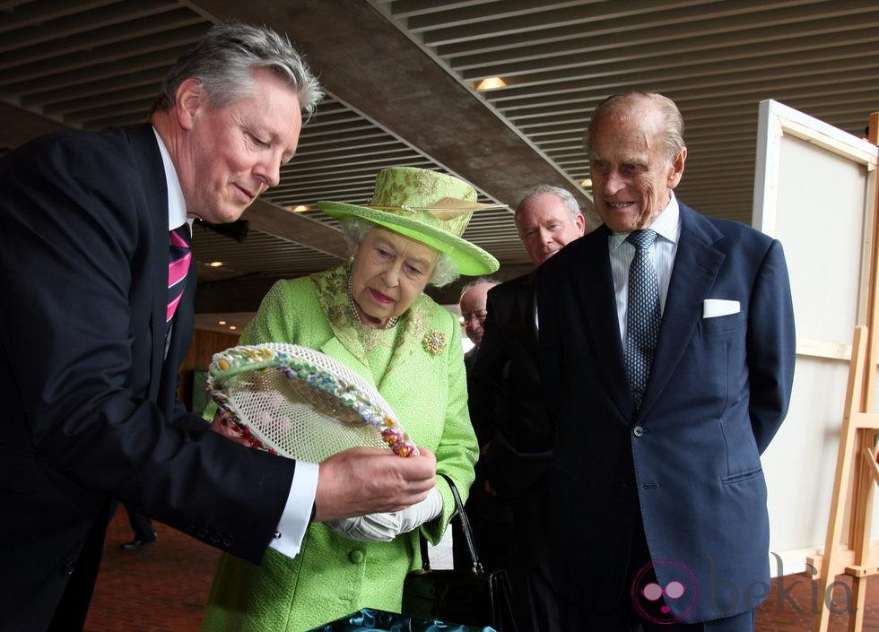 La Reina Isabel y el Duque de Edimburgo con el primer Ministro de Irlanda del Norte