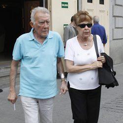 Fernando Guillén y Gemma Cuervo en la capilla ardiente de Gustavo Pérez Puig