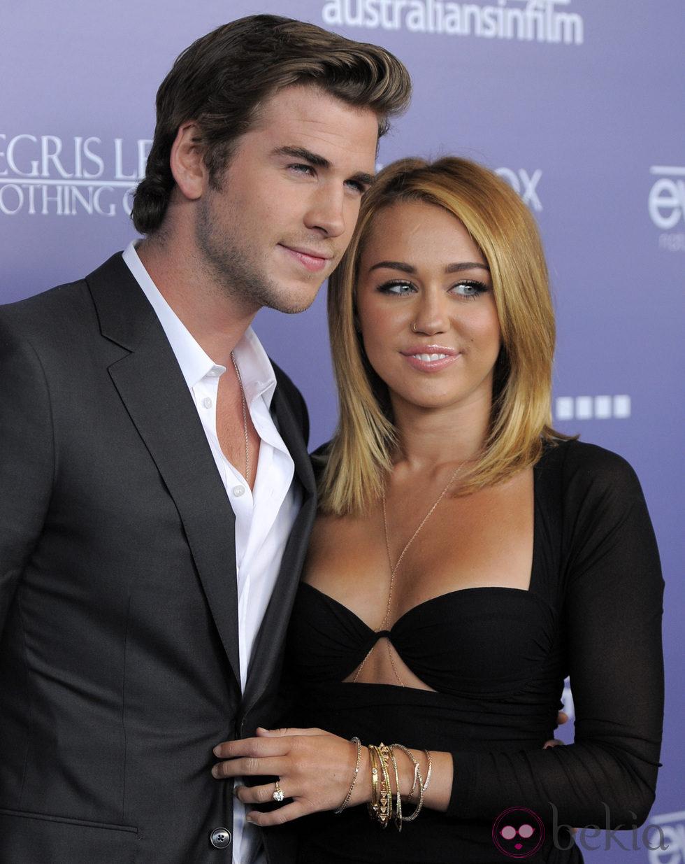 Liam Hemsworth y Miley Cyrus, muy cariñosos