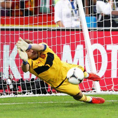 Iker Casillas para uno de los penaltis de la semifinal de la Eurocopa 2012