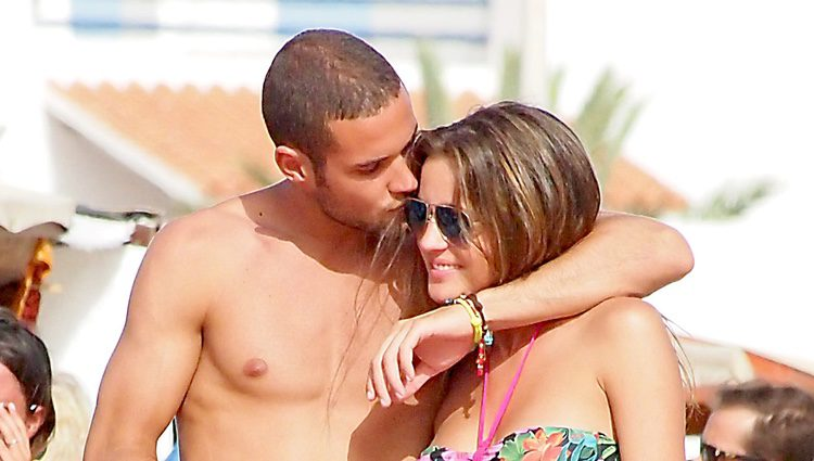 Mario Suárez besa a Malena Costa durante sus vacaciones en Ibiza