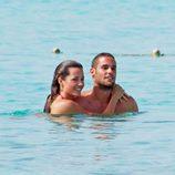 Malena Costa y Mario Suárez se dan un baño en Ibiza